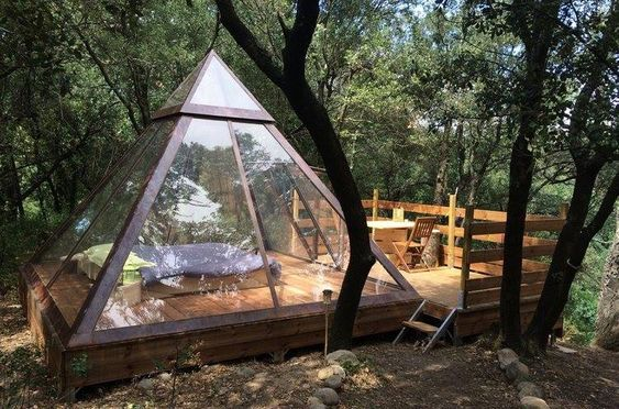 casa de campo de forma piramidal construida con madera