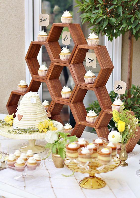 Mesa de postres para fiesta de cumpleaños de la abeja reina