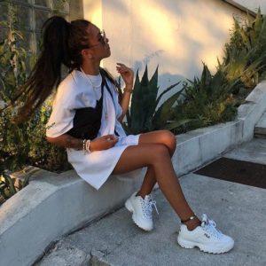 Look con Zapatillas de deporte primavera marca fila en mujeres