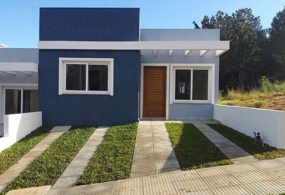 fachada de casa pequeña con puerta de madera al frente