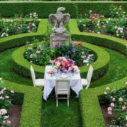 Jardines clásicos con muebles para descanso