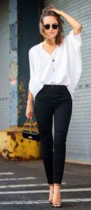 Blusa blanca y pantalón negro para un look que nunca pasa de moda