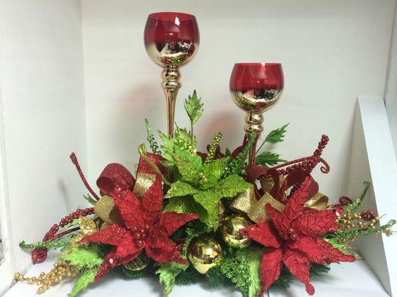 Adornos navideños con noche buena en rojo