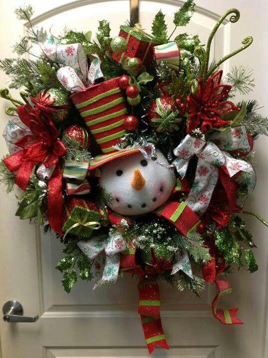 Arreglos para la entrada de la casa en navidad con monos de nieve