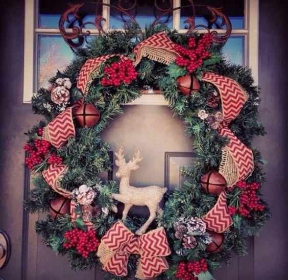Manualidades navideñas para decorar la entrada con listones