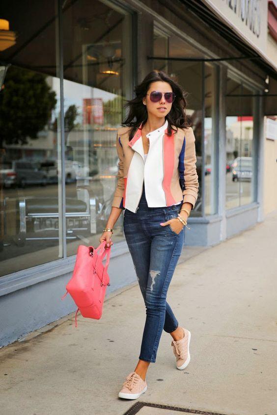 Outfit con jeans y tenis para la oficina