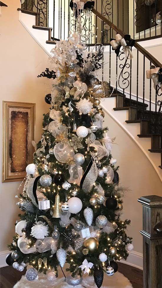 Que tipos de adornos lleva el árbol de Navidad