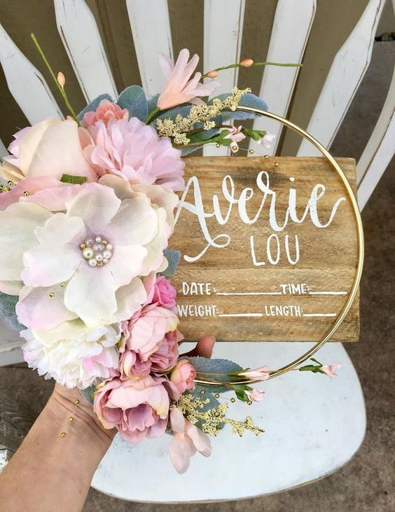 Aros con flores de papel para la mesa de los invitados