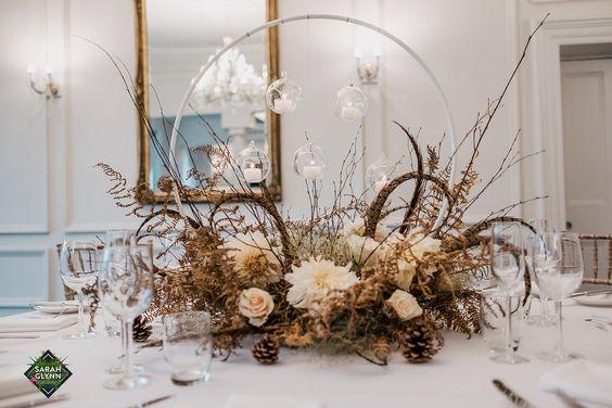 Centros de mesa con aros de flores para bodas