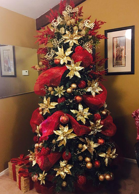 arbol de navidad con malla decorativa en rojo