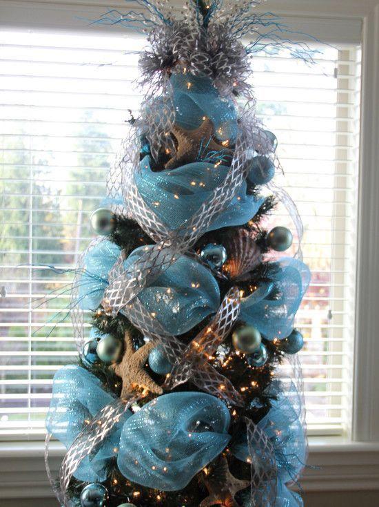 arboles de navidad con malla azul