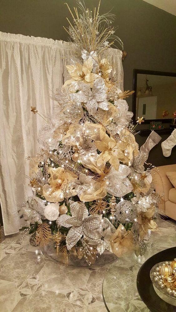 como decorar un arbol de navidad con malla y flores