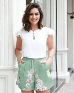 moda con shorts y blusa de vestir para mujeres maduras