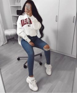 outfits con tenis fila blancos y jeans