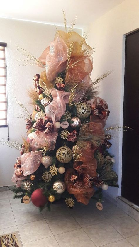 pinos navideños con malla rosa