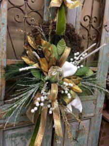 ideas para decorar coronas navideñas con flores de noche buena