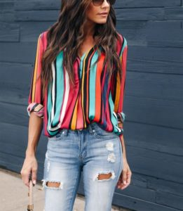 outfit blusa de rayas de colores