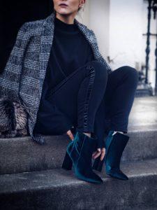 outfits con botines leggins y abrigos de moda para lucir en una posada navideña