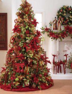 arboles de navidad con flores de nochebuenas rojas