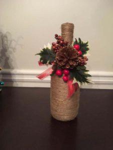 botellas navideñas decoradas con detalles rusticos