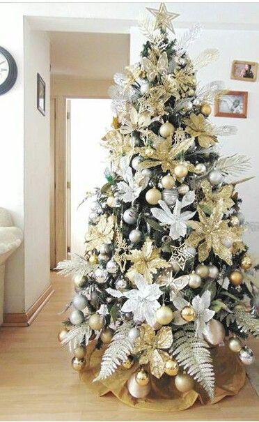 como decorar el arbol navideño con flores de nochebuenas doradas