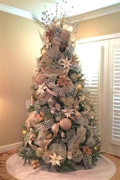 ideas para decorar el arbol de navidad con flores de nochebuenas en rosa gold