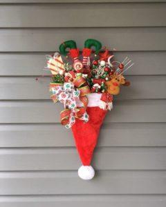 ideas para decorar gorros de papa noel con esferas para puertas