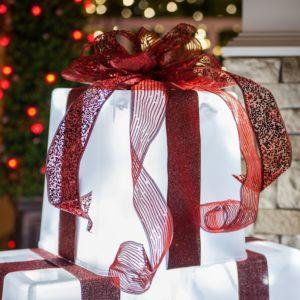 ideas para decorar regalos gigantes de navidad para exterior con listones