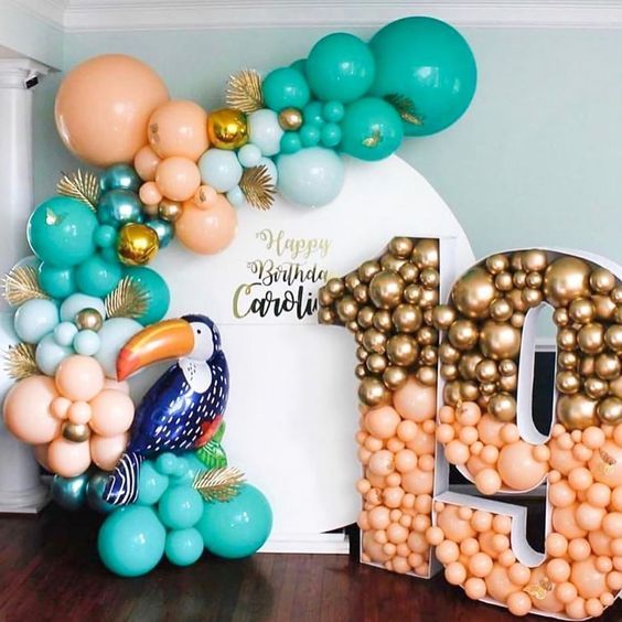 letras de madera rellena de globos para decorar fiestas tropicales