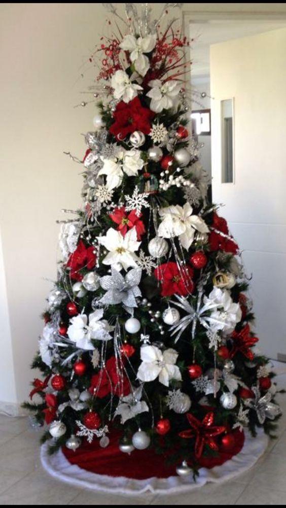 pinos navideños con flores de nochebuena en blanco