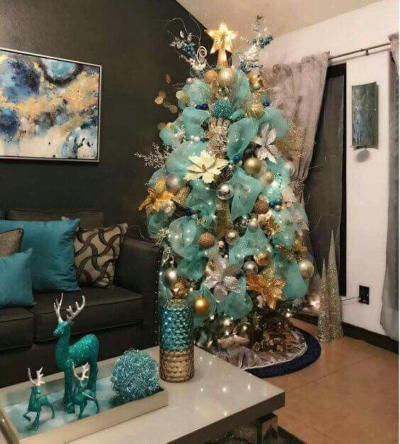 pinos navideños modernos con flores de nochebuena