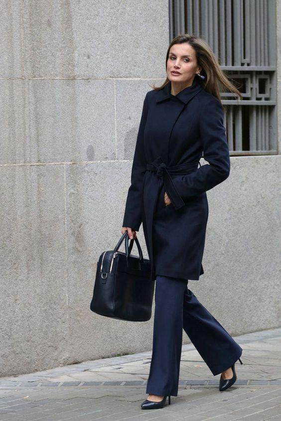 Outfits casuales con tacones de punta para mujeres maduras