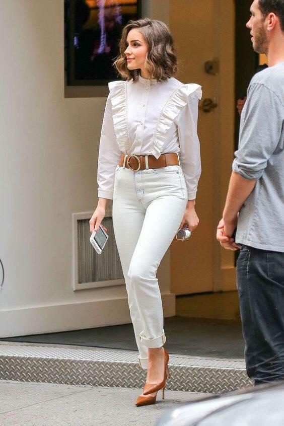 Tacones de punta y pantalones color blanco