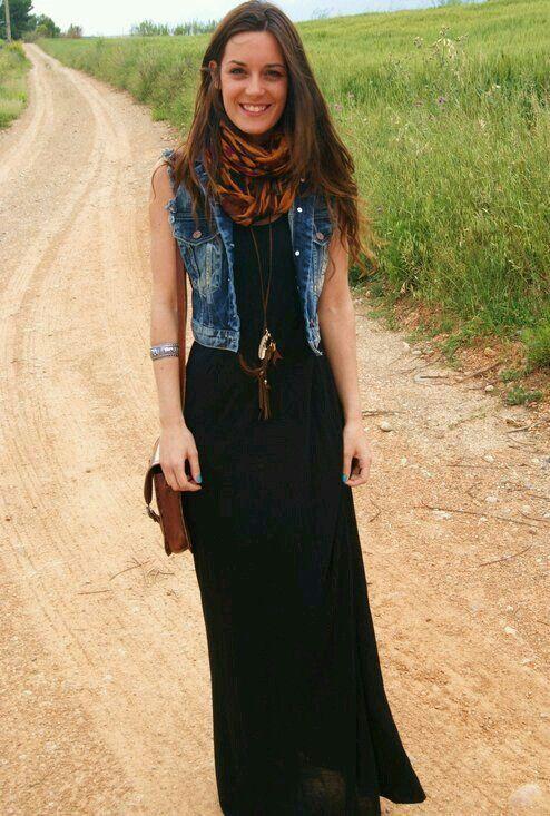 Agrégale un chaleco de mezclilla a tus outfits de vestido largo