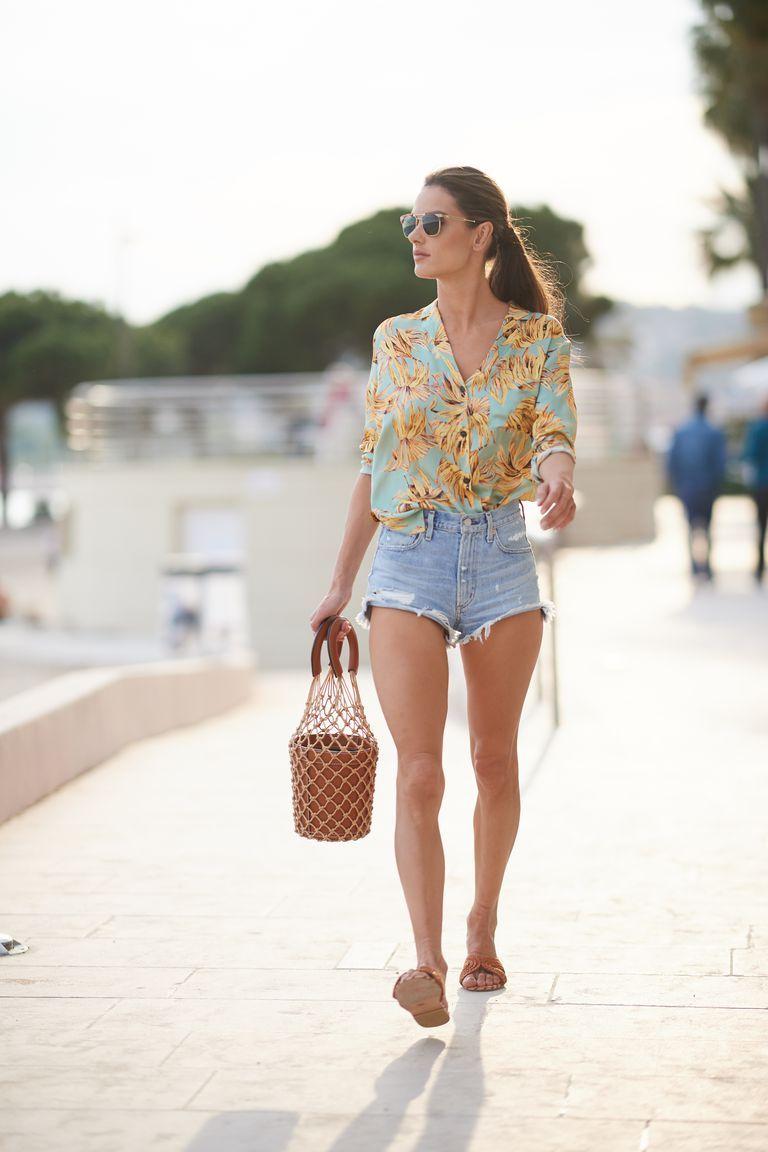 Looks para la playa con shorts de mezclilla