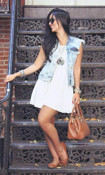 Outfits con chaleco de mezclillas y vestido corto