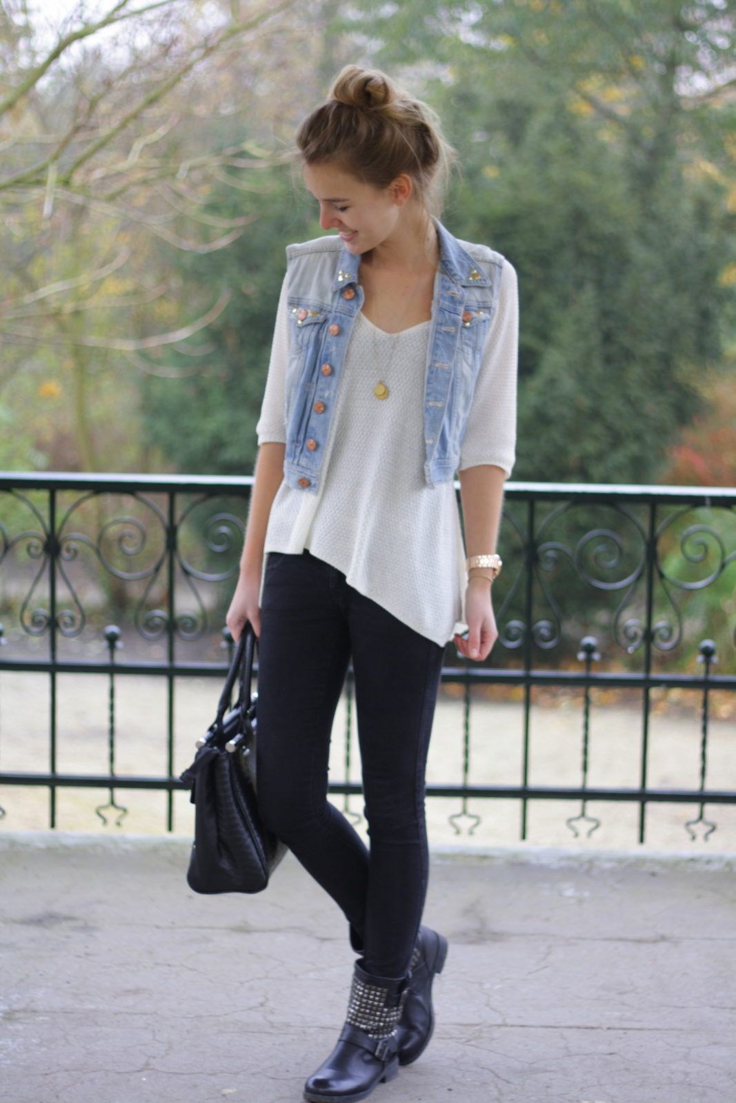 Outfits con jeans negros y chaleco de mezclilla