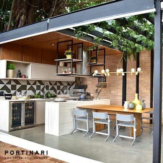 Cocina en el patio con mesas modernas
