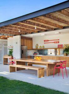 Cocina en el patio con mesas rústicas