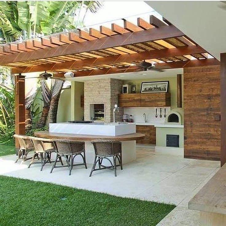 Cocina en el patio con pérgola de madera