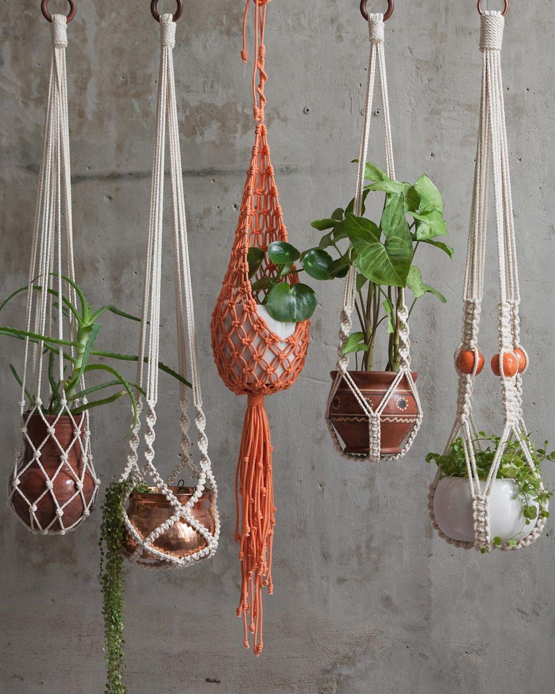 Jardín colgante con macetas y tejidos