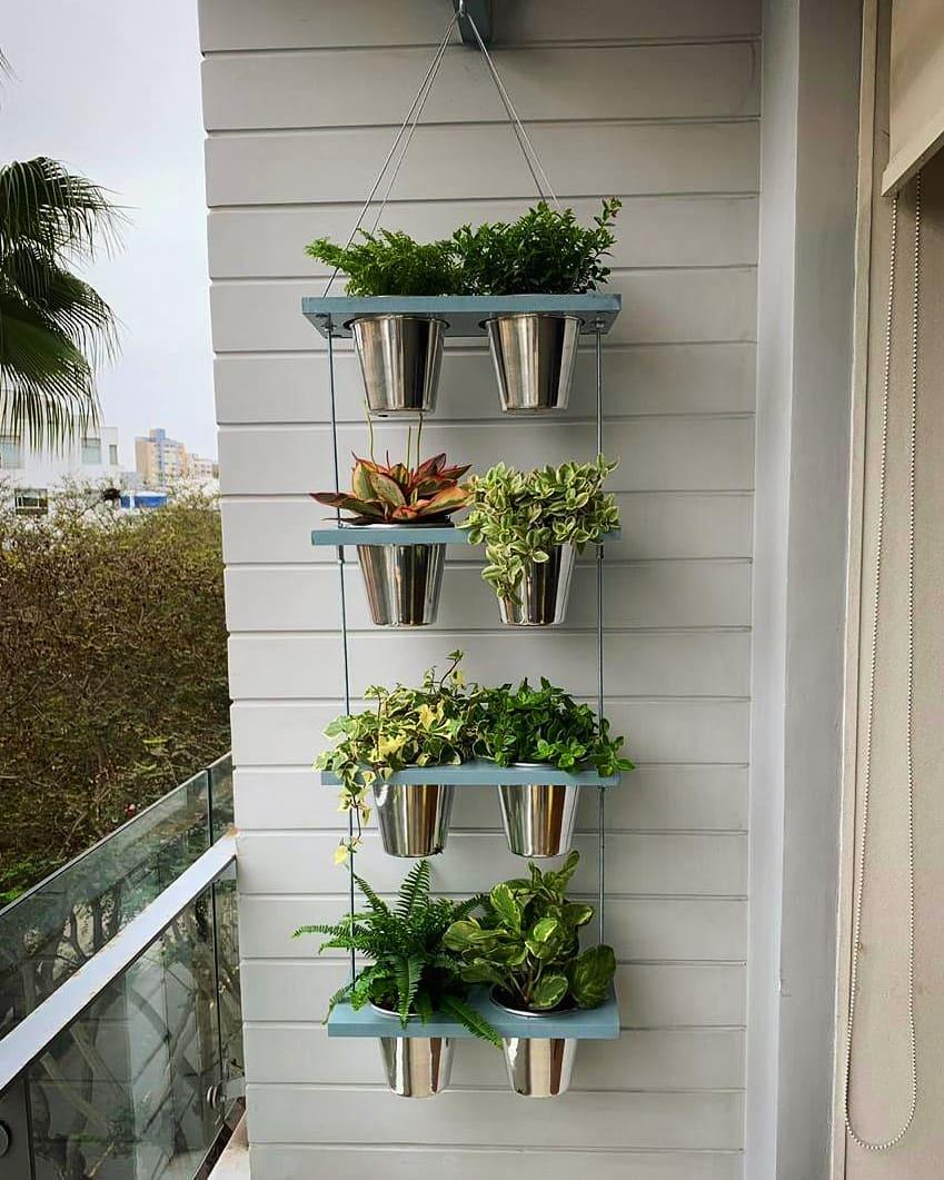 Jardines colgantes en terrazas con macetas