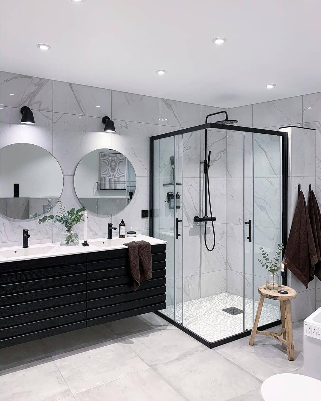 A que altura se debe instalar el espejo del baño