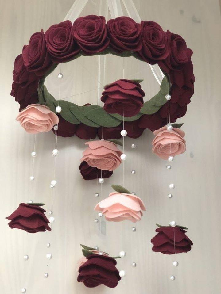 Carillón de viento con rosas rojas y rosas