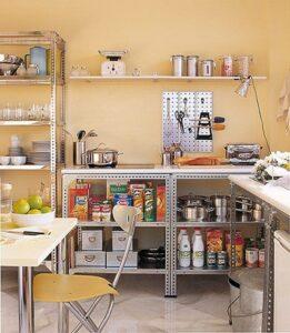 Decoración de cocina low cost con estantes de metal