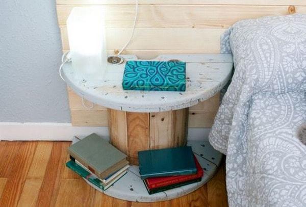 Mesa de noche hecha con bobina de cable reciclada