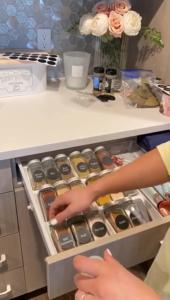 Cómo organizar los gabinetes de tu cocina con especieros