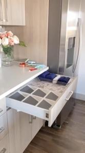 Cómo organizar los gabinetes de tu cocina con separadores