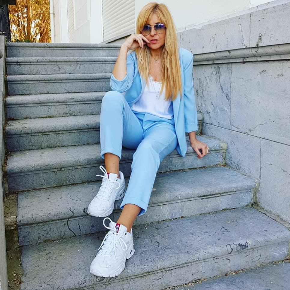 Conjunto de traje en color azul claro para mujeres