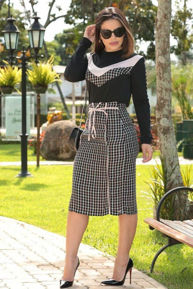Conjunto de vestido a cuadros discreto y elegante para mujeres maduras